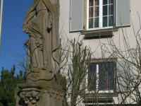 Marterl und Wegkreuze Reichmannshausen Marienstatue vor der alten Schule